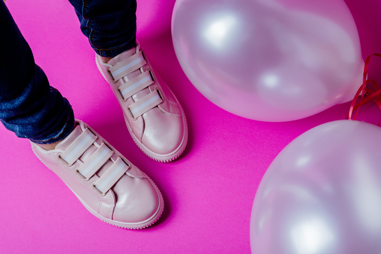 b3cc3a44254 Kõige kihvtimad leiud on aga üleni sädelusega ülepuistatud kingad ja  sandaalid.
